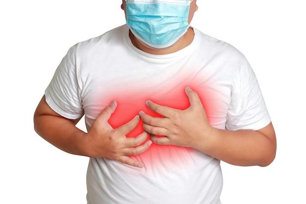 マスクをかぶった太った男性呼吸困難で手を胸に当てる糖尿病を発症するリスクがある高血圧冠状動脈性心臓病高脂血症コロナウイルス危険状態