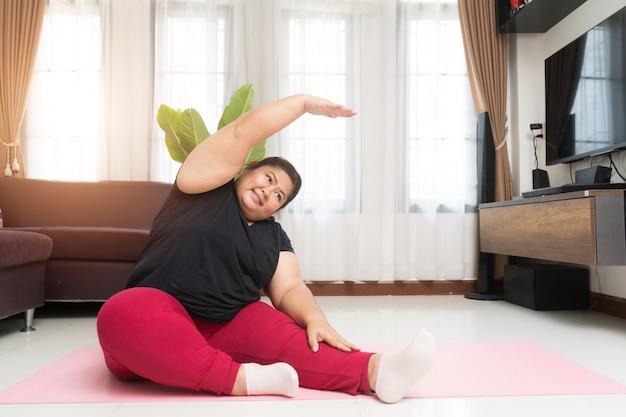 Тучная женщина азиатская работая дома, концепция идеи спорта и отдыха.