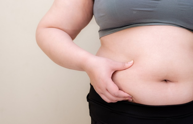 Толстая женщина, формировать здоровые мышцы живота и диету, чтобы уменьшить концепцию живота.