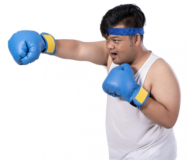 Толстый молодой боксер разогревается