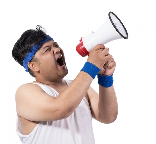 Толстый молодой человек открыл рот мегафоном
