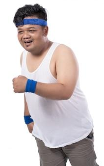 脂肪の若い男が歩いて