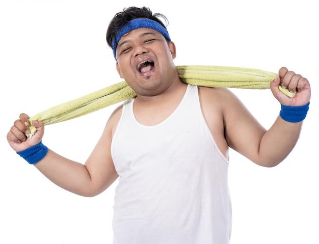 Толстые молодые люди смеются после тренировки с полотенцем