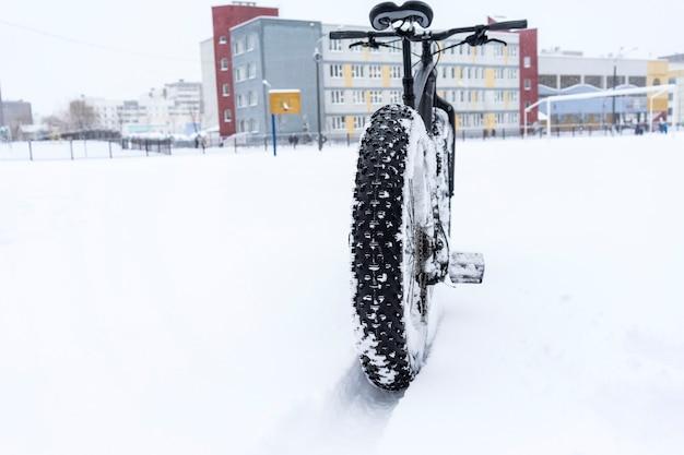 学校の近くの雪の中でファットバイク