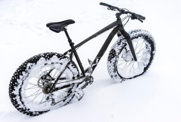 雪の中のファットバイク