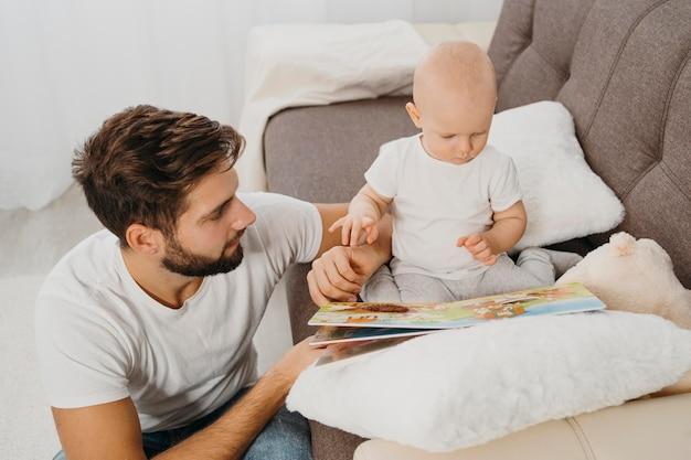 家で一緒に時間を過ごす父と赤ちゃん