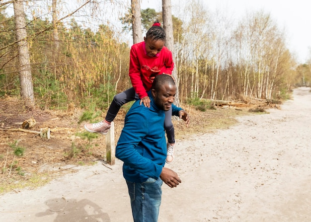 屋外で一緒に楽しんでいる父と子