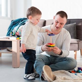 Отец и ребенок играют дома