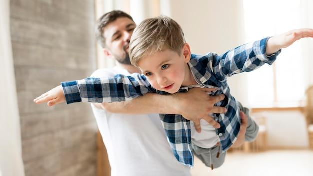 Отец и ребенок играют в доме