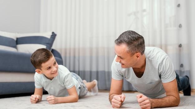 屋内で遊ぶ父と子
