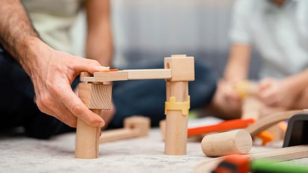 Отец и ребенок играют с игрушками крупным планом