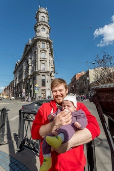 サンクトペテルブルクロシアの中心部でポーズをとる父とかわいい幼児