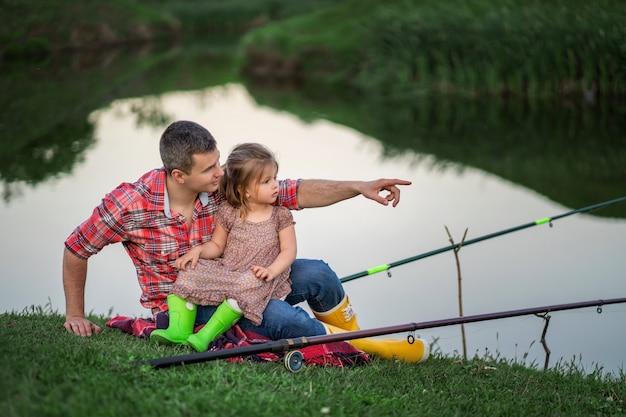 父と娘が釣りをしている