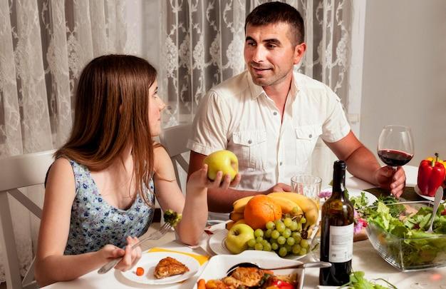 Отец и дочь за обеденным столом