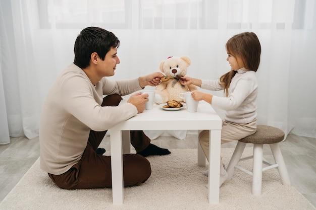 Отец и дочь дома, играя вместе