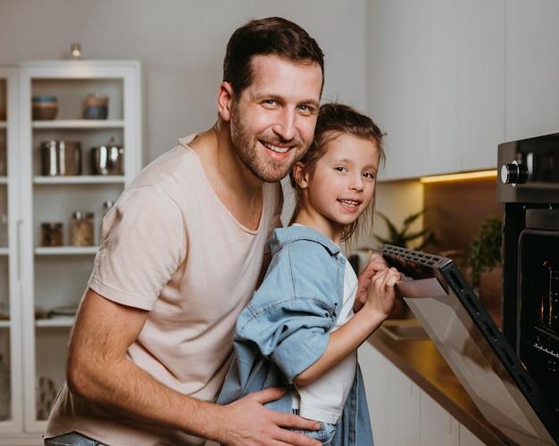 Отец и дочь вместе печь печенье дома