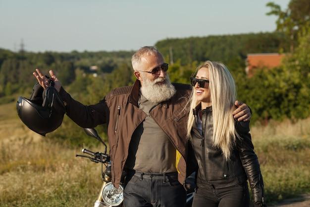 父と娘。バイカー。幸せな家族の概念