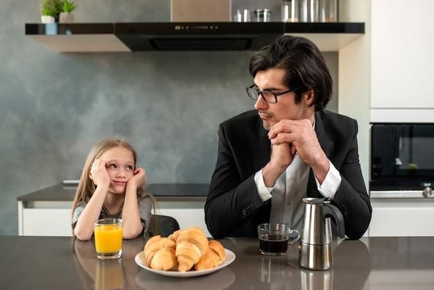 父と娘は家でイライラと不幸の両方