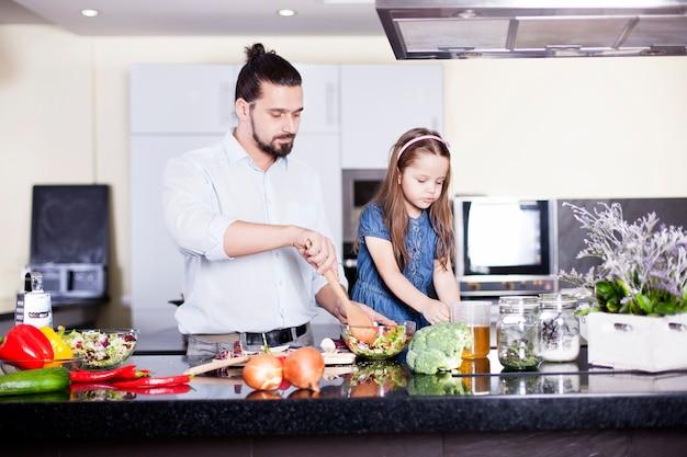 父と娘が一緒にキッチンで食事を作る