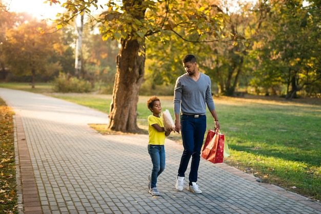 아버지와 딸이 함께 걷는 즐길 수