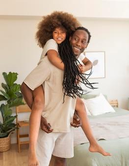 家で楽しんでいる父と娘