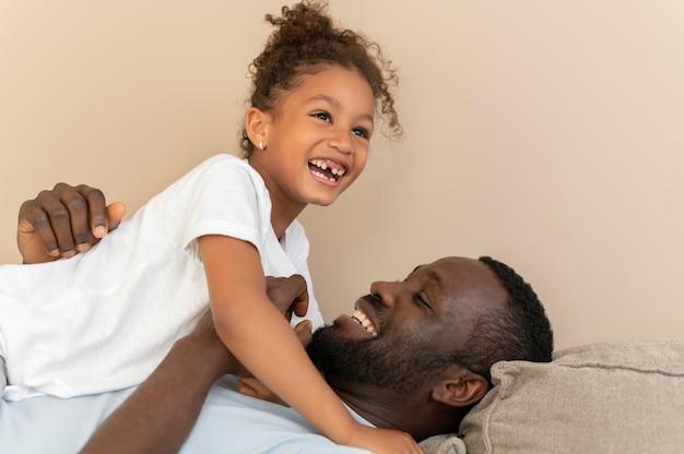 楽しんでいる父と娘 無料写真