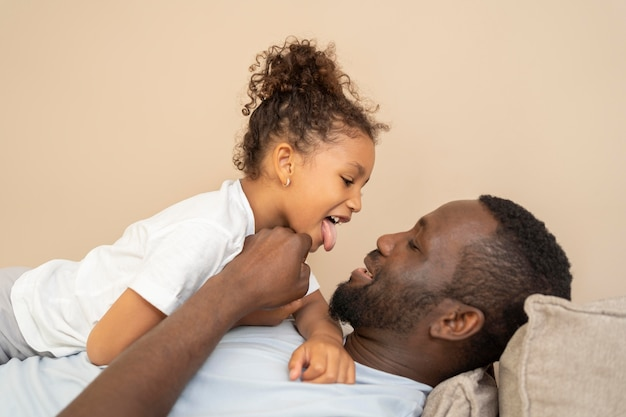 Отец и дочь весело