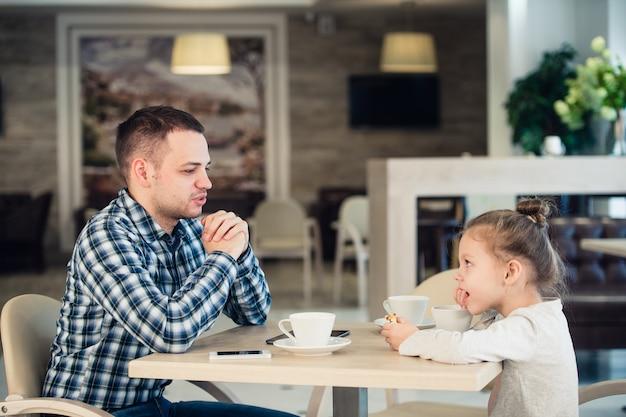 一緒に昼食をとる父と娘