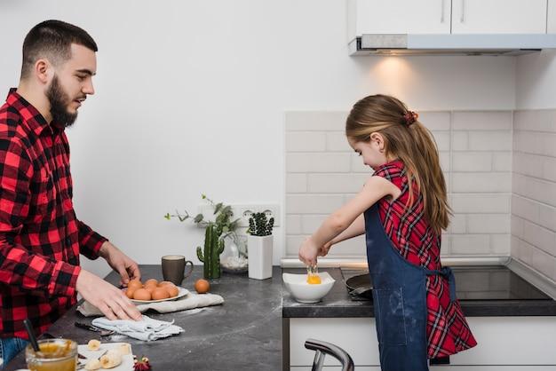 Отец и дочь на кухне на день отца