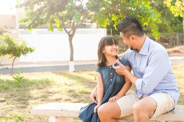 Отец и дочь на открытом воздухе