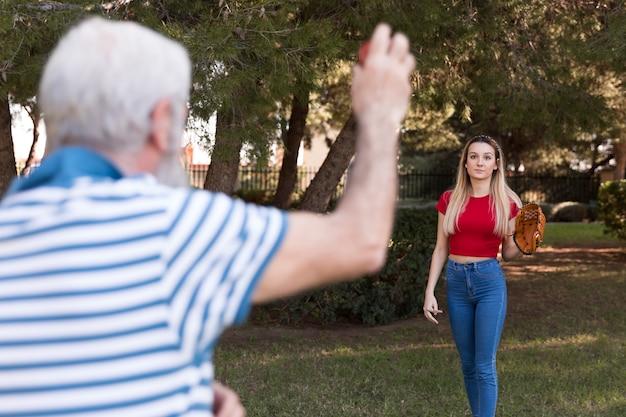 Отец и дочь играют в бейсбол