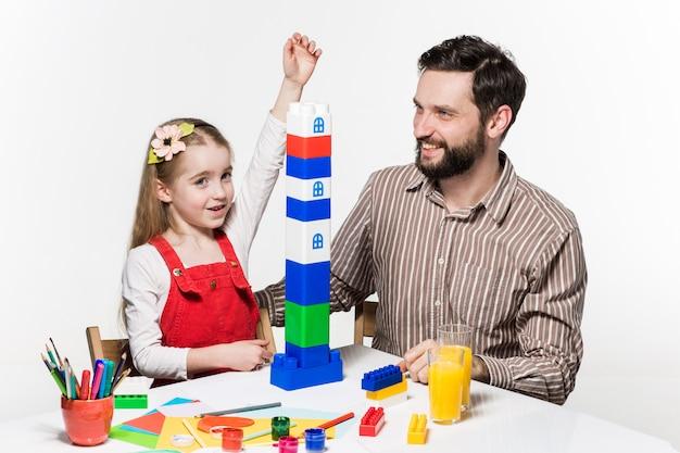 Отец и дочь вместе играют в развивающие игры