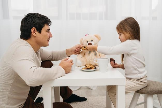家で一緒に遊ぶ父と娘