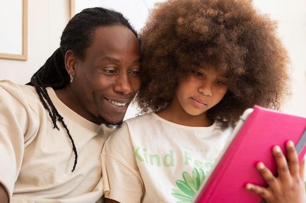 아버지와 딸이 함께 태블릿에 연주