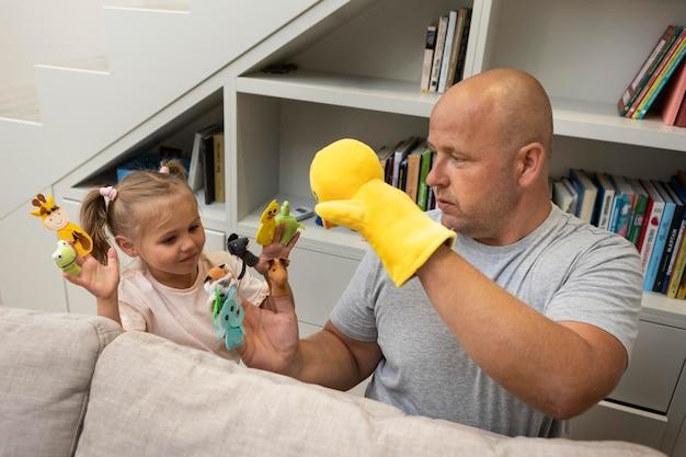 人形で遊ぶ父と娘