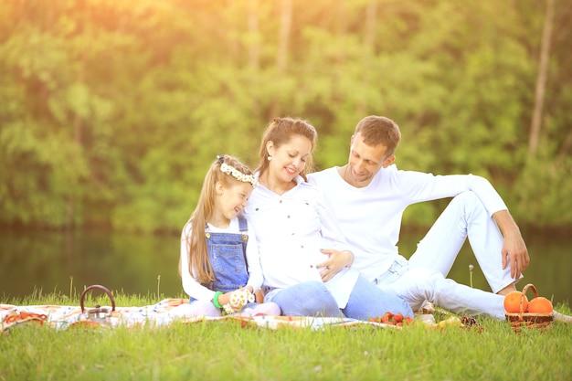 Отец и дочь беременная мать на пикнике