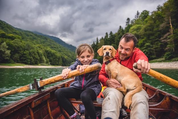 父と娘が湖でボートをrowぐ