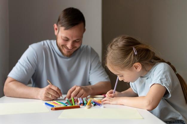 Отец и дочь проводят время вместе