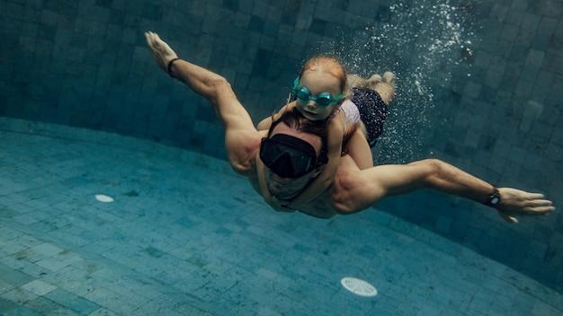 아버지와 딸이 함께 수영장에서 수영
