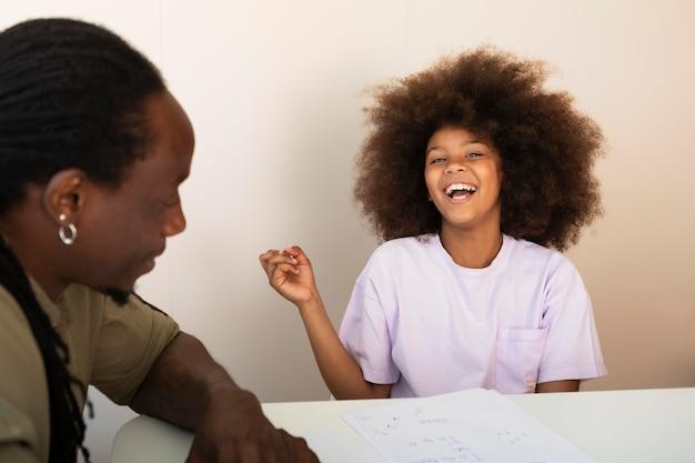 テーブルで話している父と娘