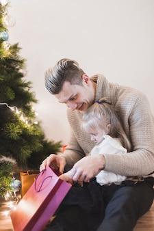 父と娘、クリスマスのバッグ