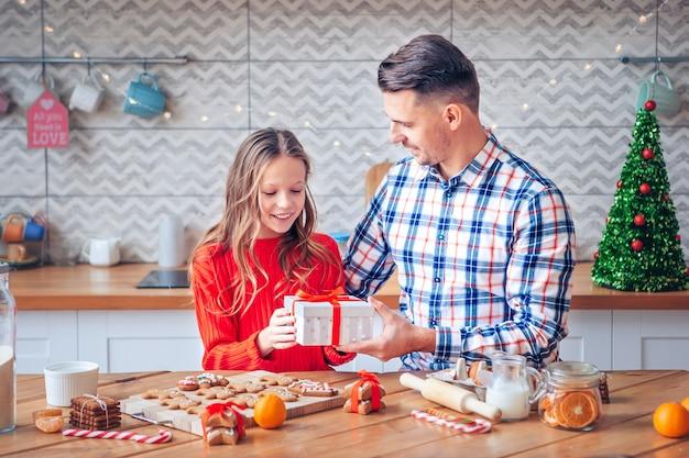 Отец и дочь с рождественским подарком