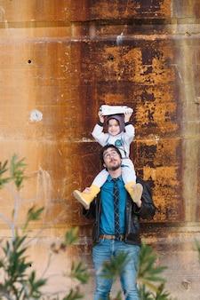 Отец и девочка играют в космонавт