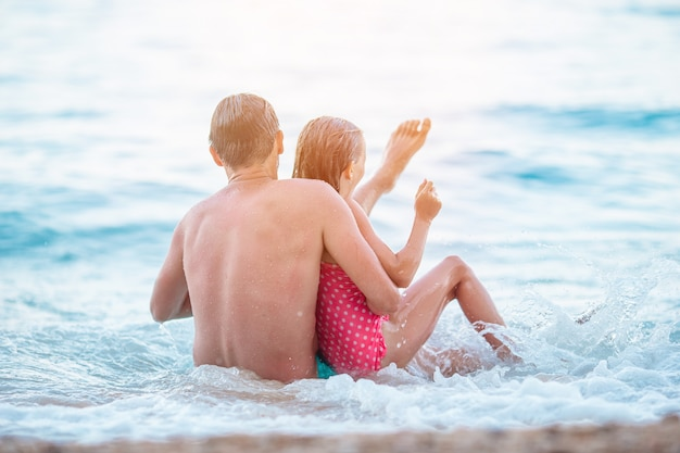 Отец и его дочь наслаждаются пляжным отдыхом