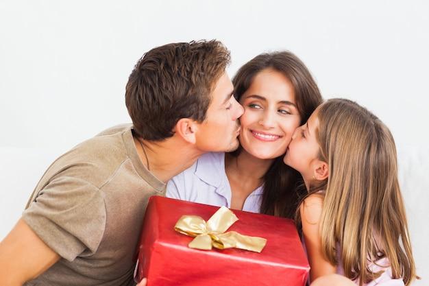 赤い贈り物を提供する父と娘