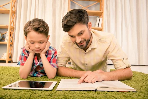 父と彼の幼い息子は読書