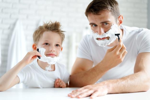 아버지와 그의 작은 아들이 함께 면도