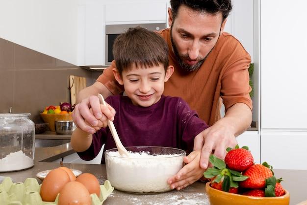 父と子が一緒に料理をする