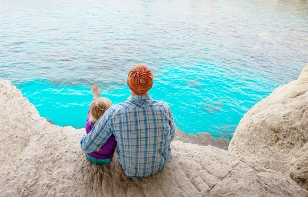海のビーチで父と幼い娘