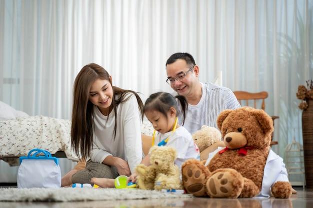 おもちゃで遊ぶ父と母と小さな娘